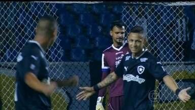 Confira os gols dos jogos da Série B do Brasileirão desta terça-feira (22) - O Botafogo ganhou do Macaé por 2 a 1 e está cada vez mais perto do acesso. Mas o que chamou atenção foi a falha bisonha do goleiro Rafael no primeiro gol do alvinegro carioca. O Bragantino venceu o Boa Esporte pelo mesmo placar.