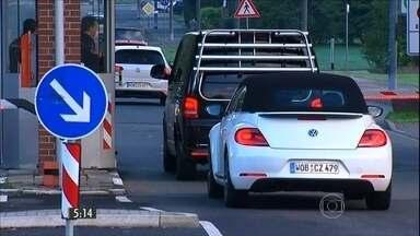 Países querem reavaliar as exigências de emissão de poluentes de carros - A Volkswagen admitiu ter falsificado informações sobre a quantidade de poluentes emitidos por seus carros.