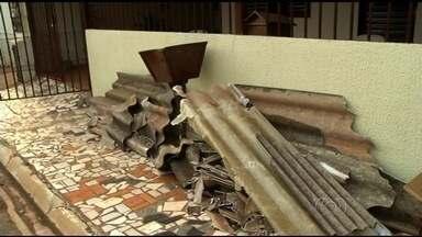 Ventania destelha casas de assusta moradores de Valparaíso de Goiás - Fenômeno acontece no choque de corrente de ar com massa de ar quente. Ventos passaram de 70 km/h; Bombeiros não registraram nenhum ferido.