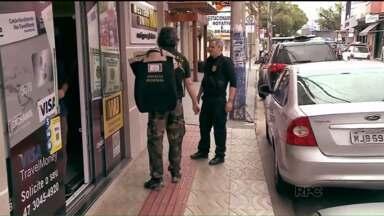 Operação da PF prende 23 pessoas envolvidas em esquema de câmbio - Segundo a PF, quadrilha usava casas de câmbio como fachada para crimes, entre eles o de lavagem de dinheiro.