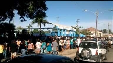 Pequeno anúncio de emprego leva mais de cinco mil pessoas a empresa no Rio - Com a crise batendo a porta e o emprego cada vez mais difícil, qualquer oferta de vaga pode movimentar muita gente e gerar até tumulto. Confira.