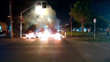 Moradores Tatuquara em Curitiba protestam na rodovia do Xisto - Foi a segunda vez em dois dias; eles querem a construção de um conjunto da Cohab; infraestrutura está pronta, mas obra ainda não começou.