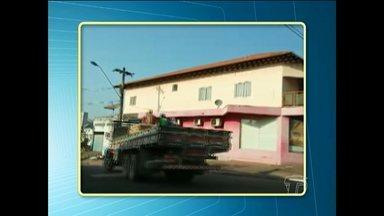 Caminhão é flagrado transportando pessoas sem segurança na carroceria em Santarém - Registro foi feito na Avenida Borges Leal e na Trav. Moraes Sarmento.