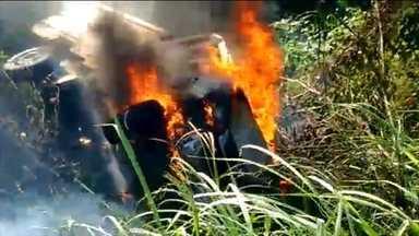 Caminhão pega fogo depois de cair em ribanceira na BR-232, perto de Moreno - Motorista não se machucou. Ele foi retirado do veículo por pessoas que passavam pela rodovia.