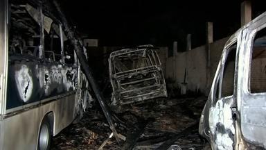 Incêndio destrói veículos em galpão de oficina da prefeitura de Valparaíso - Um incêndio destruiu o galpão de uma oficina de veículos da prefeitura de Valparaíso (SP) no início da noite desta terça-feira (22). As chamas atingiram os carros que estavam estacionados no local. No momento do incêndio, havia funcionários trabalhando na oficina, mas ninguém ficou ferido.