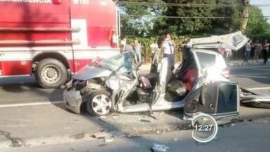Três ficam feridos em um acidente em Jacareí - Carro e ônibus bateram de frente na rodovia Euryale de Jesus Zerbini