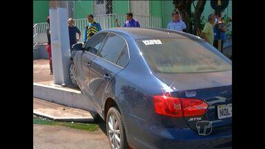 Carros se envolvem em acidente na Silva Jardim - Veículos foram parar na calçada das ruas.