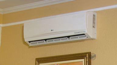 Confira dicas de como economizar com o calor e a chegada da primavera - O professor de física ensina como economizar em época de tanto calor. Uma dica é ligar o ar condicionado e fechar todas as portas e janelas. Se elas estiverem abertas o gasto de energia pode dobrar.