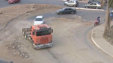 Obra de retorno na Avenida Jorge Teixeira continua sem prazo para iniciar - Trecho foi aberto de forma provisória para passagens de veículos e nunca foi asfaltado.