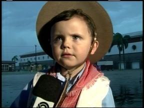 Menino de três anos declama em Acampamento Farroupilha - Participação ao vivo encantou.