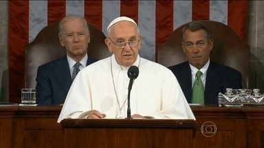 Papa Francisco discursa no Congresso dos EUA e é ovacionado em Nova York - O primeiro Papa a ir ao Congresso americano, falou em inglês, língua que ele assumidamente não domina. Mas ninguém teve dificuldade em entender sua mensagem. Francisco apelou à solidariedade entre os povos na defesa dos mais pobres.