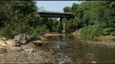 Estiagem deixa baixo o nível de água em rios na região norte de Goiás - Moradores da cidade sofrem com o período sem chuvas e com o calor. Apesar da situação crítica, a população não sofre com a falta de água.