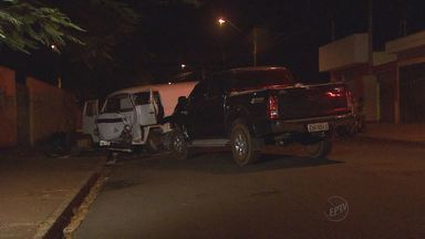Dois motoristas ficam feridos após acidente na Vila Virgínia, em Ribeirão Preto - Kombi e caminhonete estavam em sentidos diferentes, colidiram de frente e ainda atingiram um carro que estava estacionado.