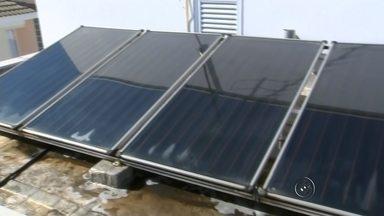 Brasileiros investem em energia solar para economizar na energia elétrica - O preço da energia elétrica deve aumentar em até 50% até o final do ano. A previsão é do Banco Central e não agrada os consumidores. Mas no meio de tantos aumentos o setor de aquecedores solares tem se dado bem. As vendas só crescem e a justificativa é de que com esse tipo de investimento, o retorno é garantido para quem quer economizar.