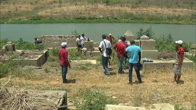 Começou a retirada dos restos mortais de cemitério inundado pela Barragem de Acauã - Os restos mortais serão transferidos para outro local.