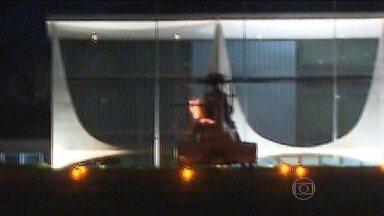 Helicóptero que levava Dilma solta labaredas antes de decolagem - Segundo a Força Aérea Brasileira, isso pode acontecer no acionamento do helicóptero e não houve nenhum risco à segurança da presidente. A aeronave decolou e pousou sem problemas.