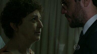 Hilda proíbe Alex de se aproximar de Angel - Empresário é expulso do crematório