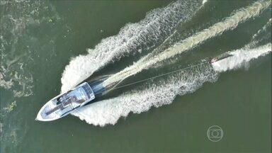 Lancha tem motor especial para esportes na água - A lancha'é projetada para esportes na água. com um sistema de propulsão que levou o sistema de hélice para baixo do barco. Marreco, tetracampeão de wakeboard, dá uma volta na embarcação.