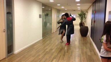 Pique total! Maurren Maggi e Mari Santos ensaiam nos corredores - Pelo visto a animação é total!