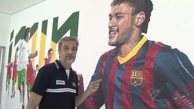Instituto Neymar Júnior ganha mais uma obra do artista Paulo Consentino - Paulo Consentino pintou um mural com o atacante e crianças do projeto.