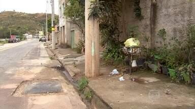 Moradores do bairro Monte Azul, em BH, reclamam de esgoto aberto na porta de casa - Na Rua Copaíba, o esgoto corre a céu aberto mesmo com o pagamento da taxa por parte dos moradores.