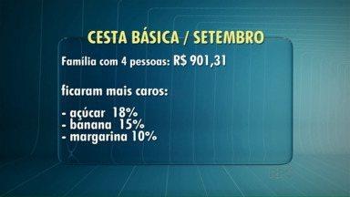 Preço da cesta básica cai em setembro - De acordo com pesquisa realizada em 10 supermercados de Londrina, a queda foi de 5,75%. A redução no preço da carne foi o que mais impactou no resultado. O levantamento é feito mensalmente por professores e alunos da Faculdades Pitágoras.
