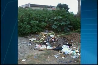 Telespectadora de Divinópolis reclama de situação de lote sujo - Prefeitura informou sobre a notificação ao proprietário do lote vago para efetuar a limpeza.