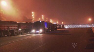 Operação comboio é realizada na descida da serra; neblina atrapalha motoristas - Já são mais de 30h de operação