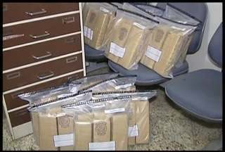 Dois homens são presos com 68 tabletes de maconha na BR-381, próximo à Periquito - Droga era transportada em um carro e seria entregue em Valadares.