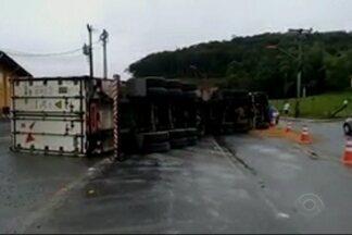 Giro de Notícias: carreta tomba em Joinville - Acidente envolve cinco veículos em Massaranduba.