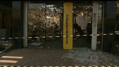 Bandidos atacam caixas eletrônicos em GO e RS - Em Acreúna, interior de Goiás, pelo menos 10 ladrões armados destruíram toda uma agência. Só a porta do banco ficou intacta. Em Piratini, interior do Rio Grande do Sul, bandidos fizeram clientes de um bar reféns e, em seguida, explodiram um caixa.
