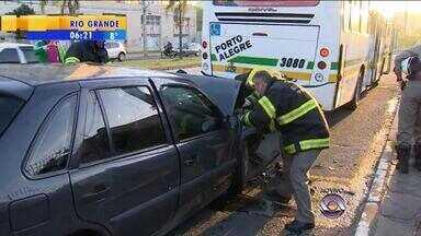 Acidente deixa motorista preso nas ferragens na Av. Bento Gonçalves em Porto Alegre - Bombeiros estão no local, fazendo o resgate no local.