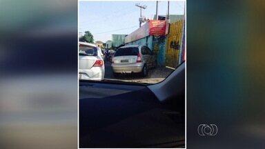 Carros são flagrados estacionados em calçadas, em Goiânia - Infrações foram registradas por telespectadores.