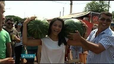 Festa da melancia reúne milhares de pessoas em Lagoa do Bauzinho, em Goiás - Evento, que já virou tradição, comemora a boa colheita da fruta na cidade.