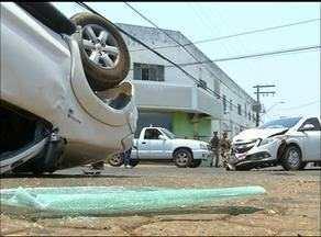Carro capota após bater em outro veículo em Araguaína - Carro capota após bater em outro veículo em Araguaína