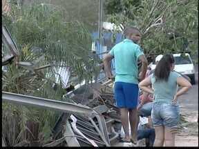 Moradores de Osvaldo Cruz passam final de semana trabalhando - Temporal de sexta-feira (2) deixou rastros de destruição na cidade.