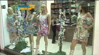 Começou uma das mais importantes feiras de moda do Paraná - a Expovest - Começou uma das mais importantes feiras de moda do estado. A Expovest movimenta os shoppings de Cianorte. Lojistas de todo o país estão na cidade para comprar os lançamentos da moda verão.