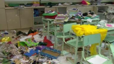 Escola é atacada por vândalos em Maringá - Eles reviraram salas e espalharam tinta pela escola