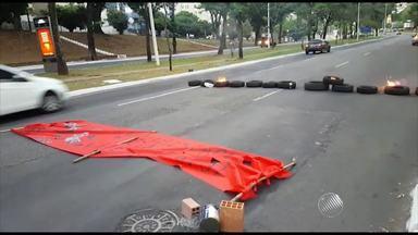 Rua é fechada em protesto contra greve que já passa dos quatro meses na UFBA - Confira as imagens.