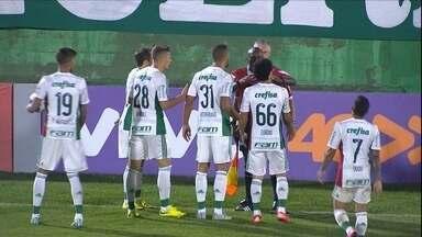 Palmeiras é goleado pela Chapecoense e sai do G-4 - Verdão toma de 5 a 1 fora de casa, em jogo de polêmicas da arbitragem
