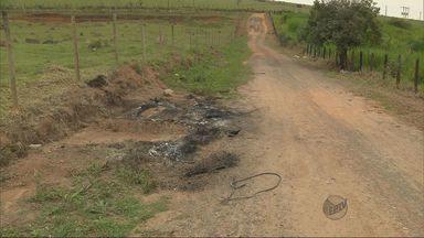 Corpo carbonizado é encontrado dentro de carro em Pouso Alegre (MG) - Corpo carbonizado é encontrado dentro de carro em Pouso Alegre (MG)
