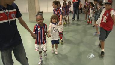 Ba-Vi reúne pessoas de todas as idades e faz alerta para ajudar crianças com câncer - Jogadores dos dois times entraram com pequenos torcedores que fazem tratamento no hospital Martagão Gesteira.