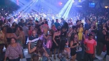 'Nos Tempos da Brilhantina' embalou festa Studio Disco, em Manaus - Ritmos dos anos 70 e 80 reuniram centenas de fãs na noite de sábado (3).Carros clássicos da época também abrilhantaram o evento.
