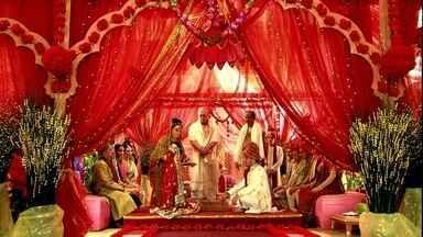 Maya e Raj se casam - Pandit conduz a cerimônia. Manu se emociona ao ver a filha se casando
