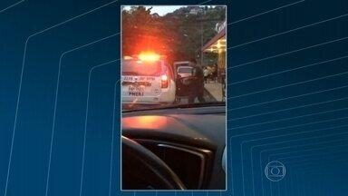 Policiais militares flagrados carregando viatura com caixas de cerveja - Flagrante foi enviado por telespectador. Os policiais são do Batalhão de Petrópolis, na região serrana do Rio.
