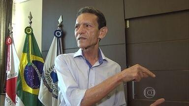Operação cumpre mandados na casa do prefeito de Santa Luzia e na empresa dele - Computadores foram apreendidos