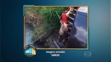 Carro cai em córrego e mulher é resgatada ilesa em Betim - Telespectador flagrou acidente