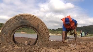 Campanha educativa faz limpeza na Lagoa Várzea das Flores, em Betim - O objetivo da campanha é conscientizar sobre a importância de se manter a lagoa e o entorno limpos, sem lixo.
