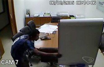 Homem tenta se esconder de câmera com sombrinha durante furto no ES - Ele levou 3 notebooks, e um equipamento de fusão de fibra da empresa.Uma câmera escondida na sala registrou a ação do criminoso.