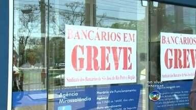 Bancários de Rio Preto e Araçatuba entram em greve - Greve nacional teve início nesta terça-feira (6) e é por tempo indeterminado. Em São José do Rio Preto (SP) pelo menos 80% das 85 agências bancárias estão fechadas, diz o sindicato. Em Araçatuba todas as 26 agências fecharam as portas. Apenas o autoatendimento permanece funcionando.